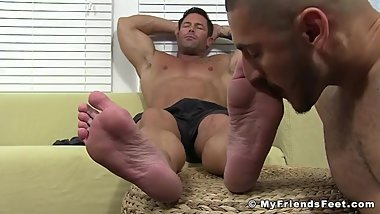 Muscular homosexual enjoys feet licking and feet massage