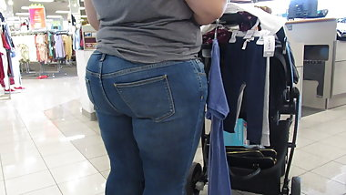 Chubby mom at the checkout in tight jeans