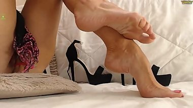 SHOWS FEET IN VIDEOCHAT