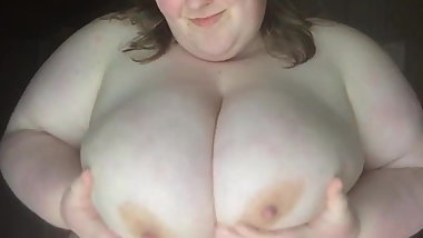 Nude fat slut playing with her udders