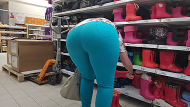 Candid mommy with huge ass in tight pants