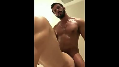 HOT MUSCLE STRAIGHT DADY FUCK ME AT SHOWER