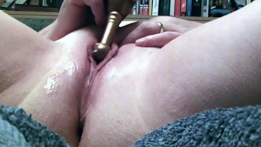 Married GILF Plays with Lippy Cunt Close Up POV