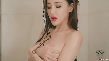 Chinese Hottie: sexy model WINNIE in the bathtub