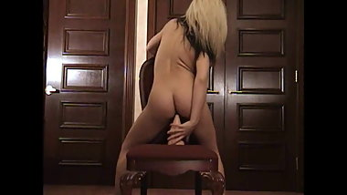 Preciosa anglosajona insertion big toy in shaved pussy