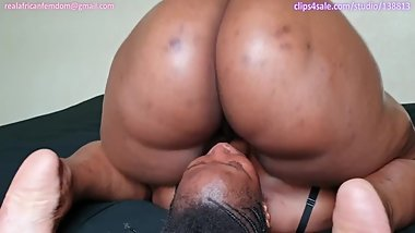Amara buttdrops Shelly and slams her pussy on her face