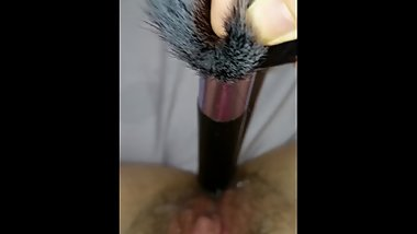 Teen fucks her hairy pussy with bug makeup brush