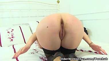 English milf Cherri strips off and starts dildoing