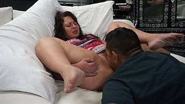 Unshaven Hippie has multiple creamy gushing orgasms in guys mouth