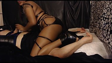 Hot ebony dominatrix edges submissive while facesitting