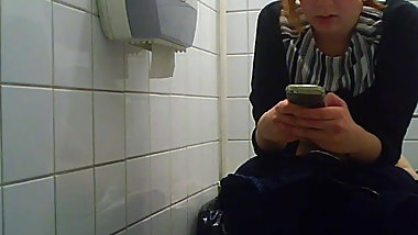 Russian college students on the toilet, view of the pussy 1