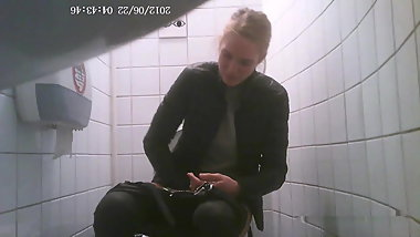 Russian college students on the toilet, view of the pussy 5
