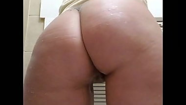 Hot mom shakes ass for me