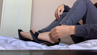 RIPPING NYLON FEET WITH HEELS DURING SHE ´ S WATCHING TV