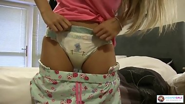Chloe makes a big bulgy pee in her pampers size 6 diaper starts leaking