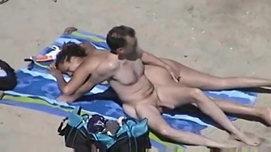 CARESSES DE COUPLE NU SUR LA PLAGE...