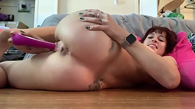 Lucee Moon tries really hard to make herself squirt