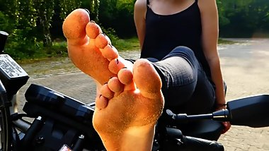 barefoot girl on motorbike - dirty feet - german foot fetish