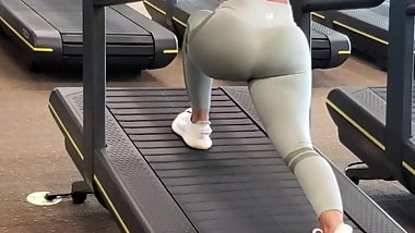 Candid Arabic Babe Showing that Juicy Ass off in the Gym