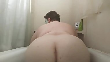 Big booty in the bath