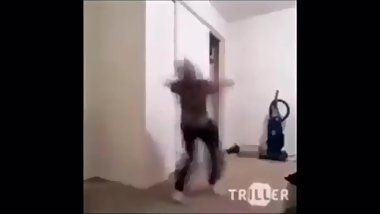 Guy Dances Untill Cummys