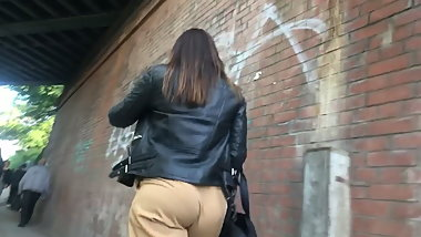 juicy british bubble butt eatin up loose pants
